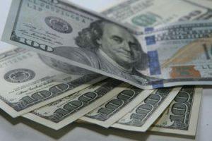 Слабый рост зарплат в США притормозил укрепление доллара